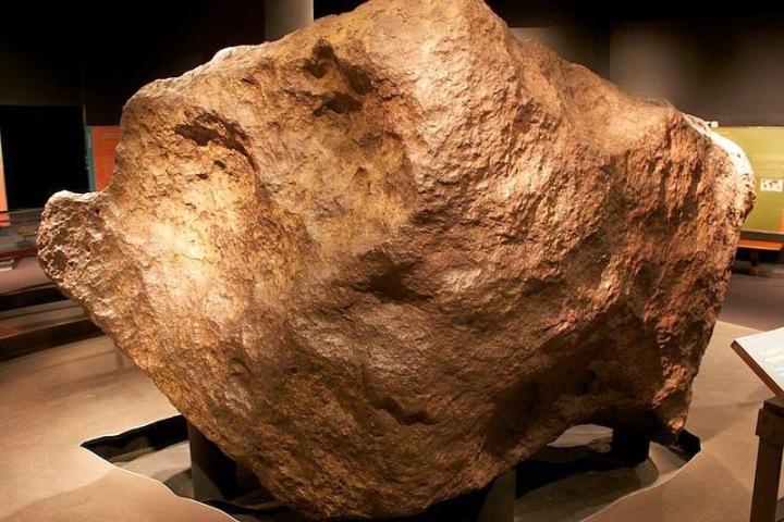 19c13-amnh_34_tons_meteorite