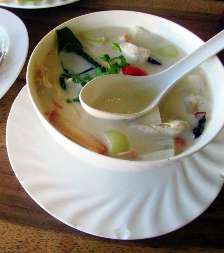 Tom Kha Kai (Sopa de coco com frango).jpg